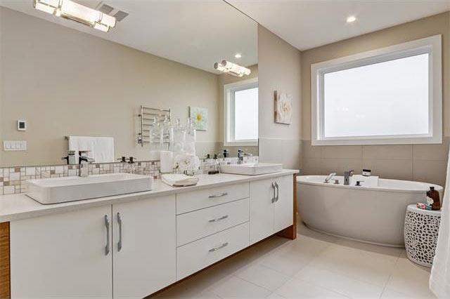 Devine Custom Homes Interior Image - Bathroom
